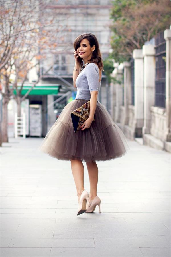 Девушка в пышной коричневой юбке, бежевых лодочках и серой футболке