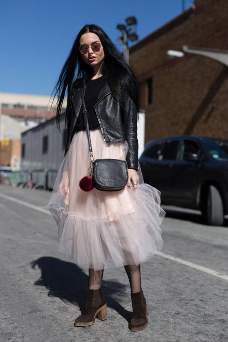 Девушка в розовой юбке из фатина и косухе
