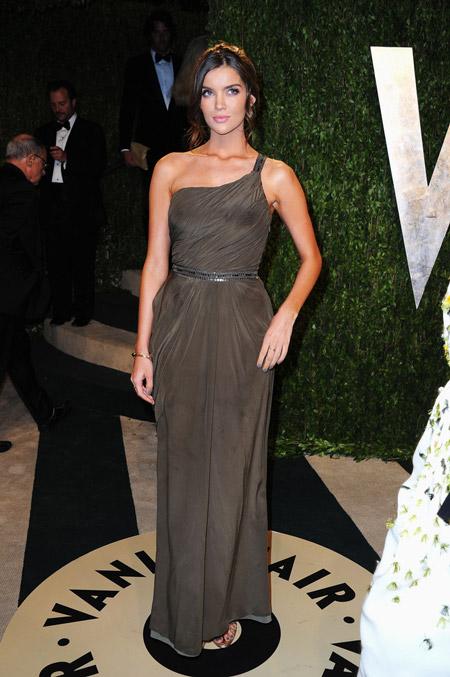 Наташа Бернард в греческом платье