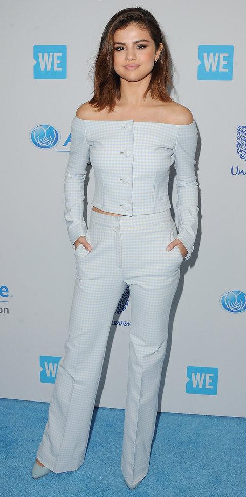 Селена Гомес в клетчатом костюме