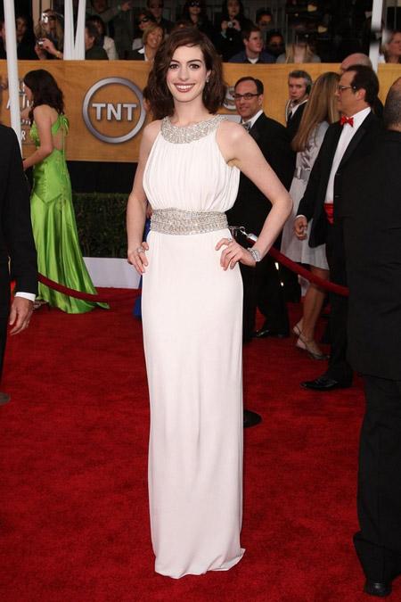 Энн Хэтуэей в белом платье