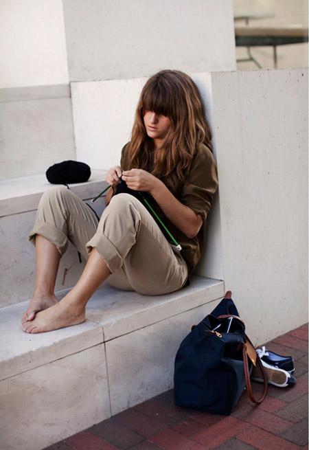 Девушка без обуви