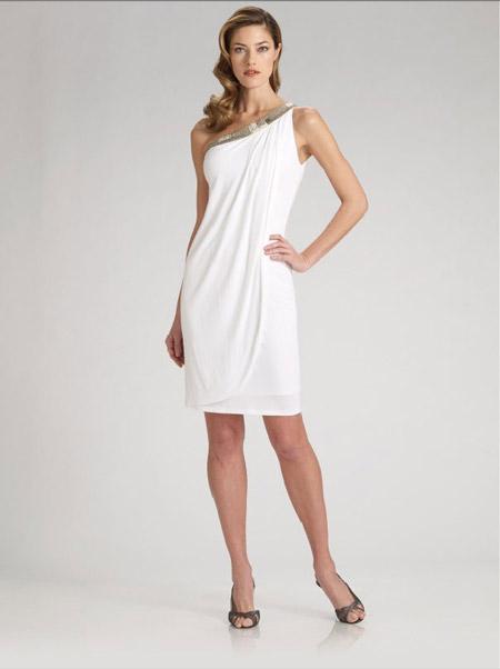 Девушка в коротком греческом платье