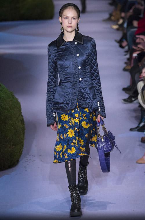 Модель в синей модной стеганой куртке сезона осень/зима 2017