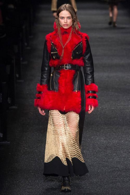 Девушка в черной модной куртке с красным мехом сезона осень/зима 2017