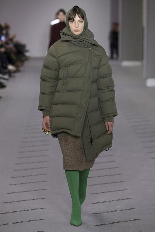 Модель в зеленом модном стеганом пуховике сезона осень/зима 2017