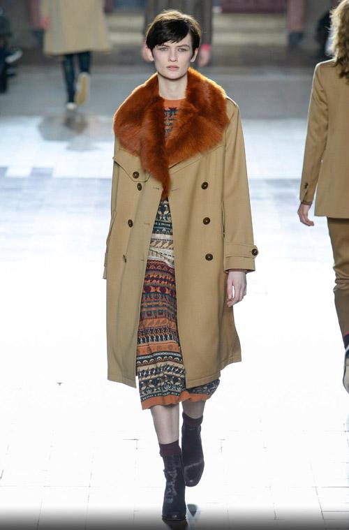 Модель в пальто с рыжим воротником - модные тренды в пальто сезона осень/зима 2017-2018