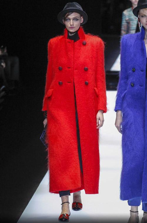 Девушка в ярком красном пальто - модные тренды в пальто сезона осень/зима 2017-2018