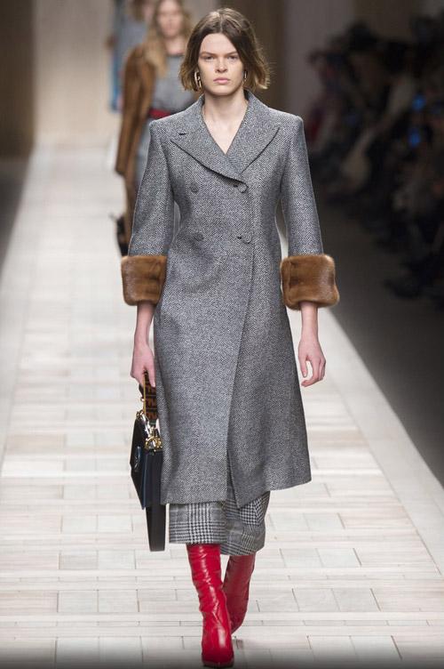 Модель в пальто с мехом на рукавах - модные тренды в пальто сезона осень/зима 2017-2018