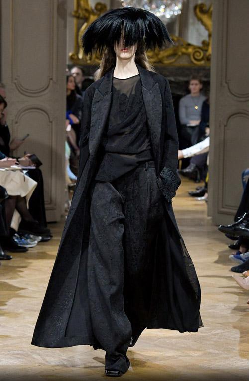 Модель в черном макси пальто - модные тренды в пальто сезона осень/зима 2017-2018