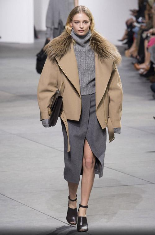 Моель в коротком пальто с меховым воротником - модные тренды в пальто сезона осень/зима 2017-2018