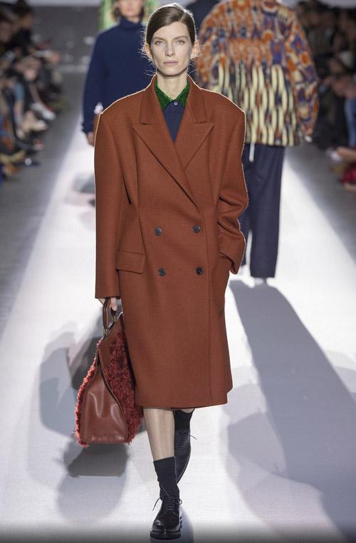 Модель в коричневом пальто оверсайз - модные тренды в пальто сезона осень/зима 2017-2018