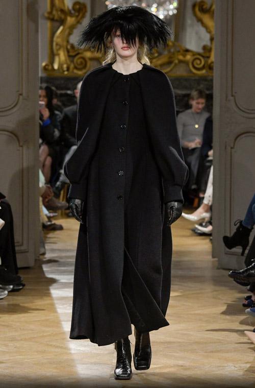 Модель в пальто с черными рукавами - модные тренды в пальто сезона осень/зима 2017-2018