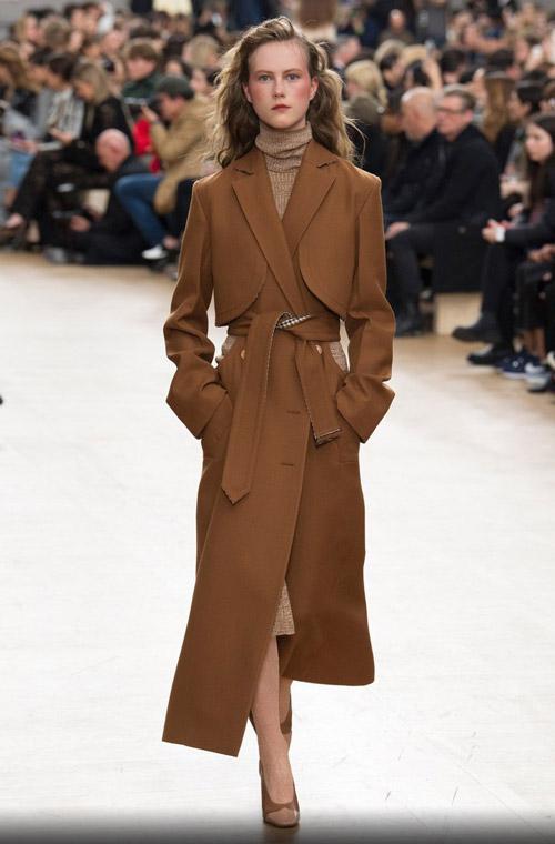 Модель в коричневом приталенном пальто - модные тренды в пальто сезона осень/зима 2017-2018