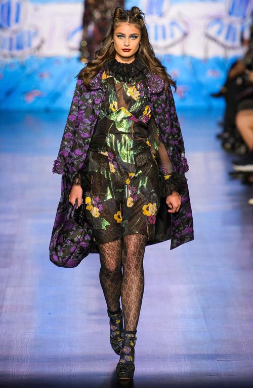Модель в пальто с цветочным принтом - модные тренды в пальто сезона осень/зима 2017-2018