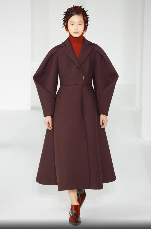 Модель в пальто цвета марсала - модные тренды в пальто сезона осень/зима 2017-2018