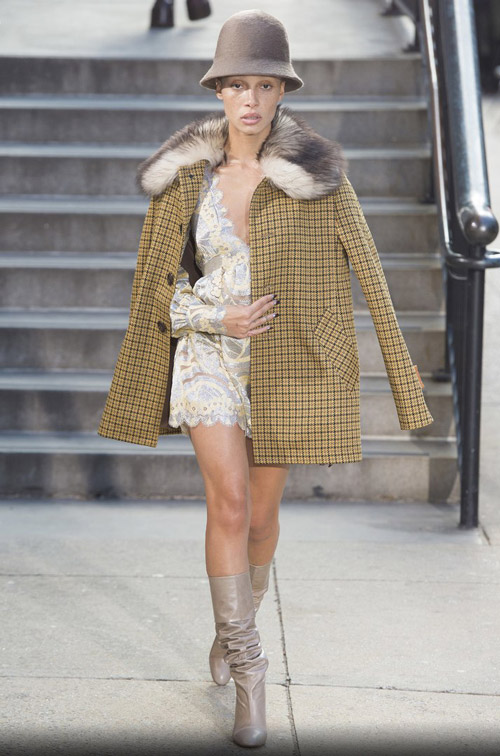 Модель в пальто с воротником с мехом - модные тренды в пальто сезона осень/зима 2017-2018