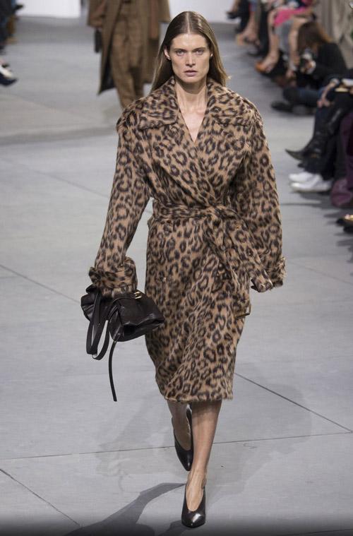 Модеь в леопардовом пальто-халате - модные тренды в пальто сезона осень/зима 2017-2018