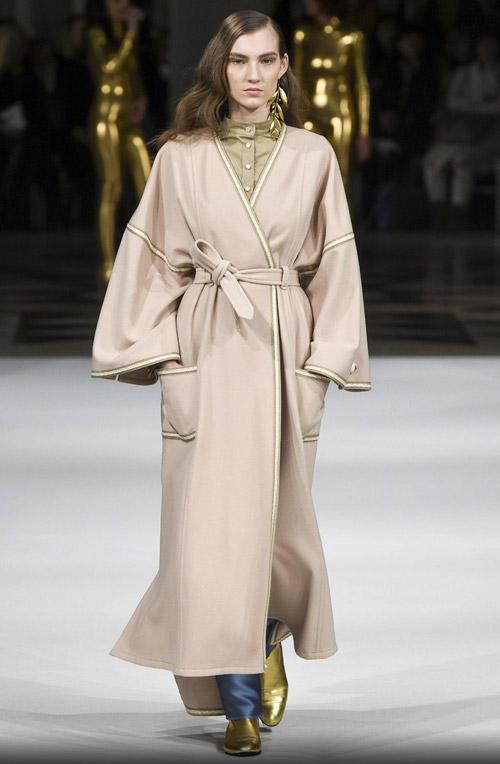 Модель в бежевом пальто-халате - модные тренды в пальто сезона осень/зима 2017-2018