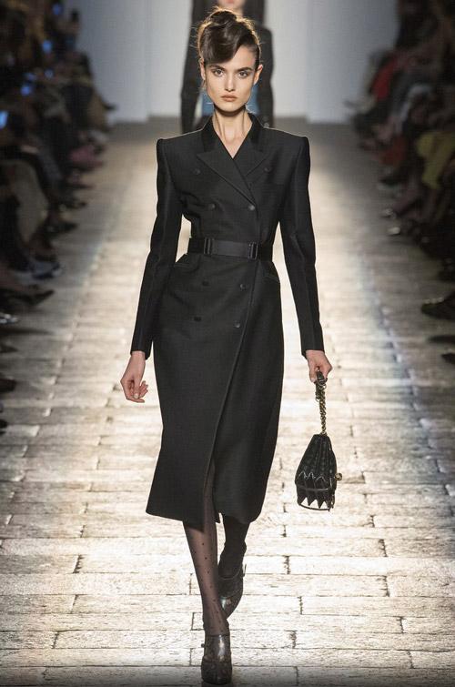 Модель в черном приталенном пальто - модные тренды в пальто сезона осень/зима 2017-2018