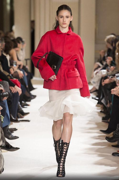 Модель в красном коротком пальто - модные тренды в пальто сезона осень/зима 2017-2018