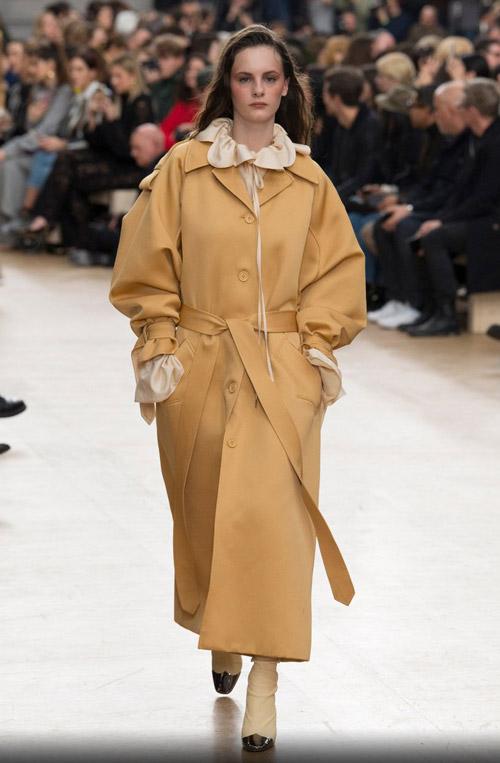 Модель в пальто оверсайз с поясом - модные тренды в пальто сезона осень/зима 2017-2018