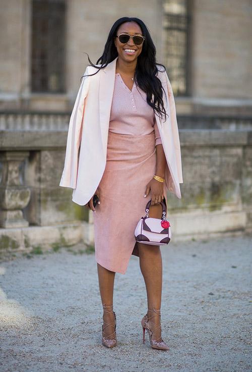 Девушка в розовой юбке и пиджаке