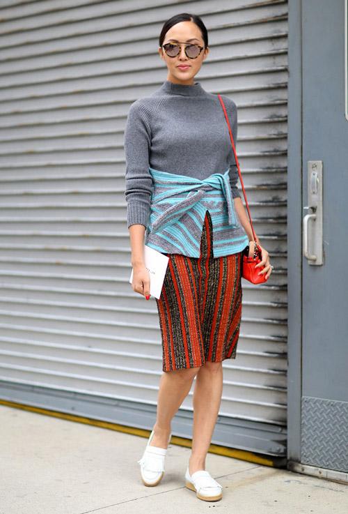 Девушка в юбке карандаш и сером свитшоте