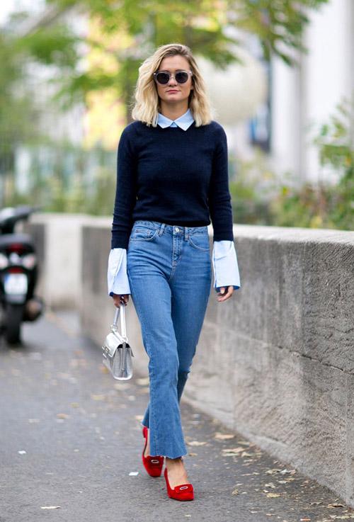 Девушка в джинсах и синем свитере