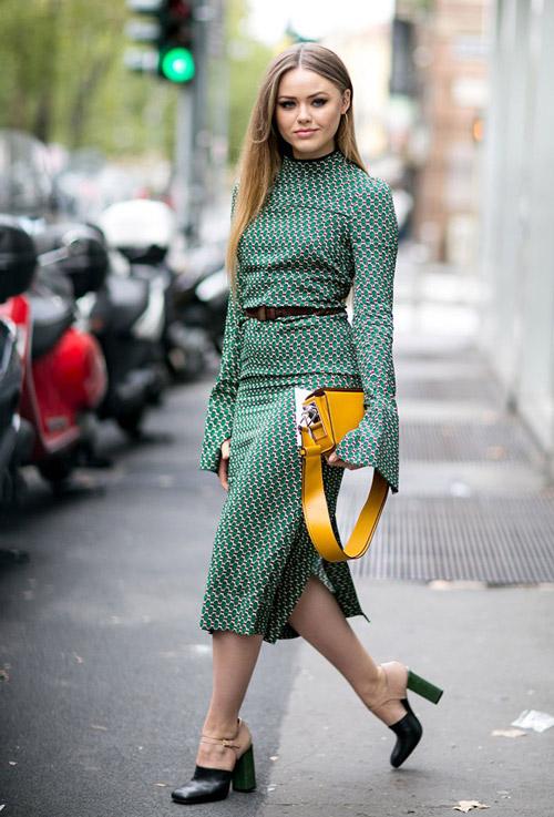 Модель в зеленом платье с длинными рукавами