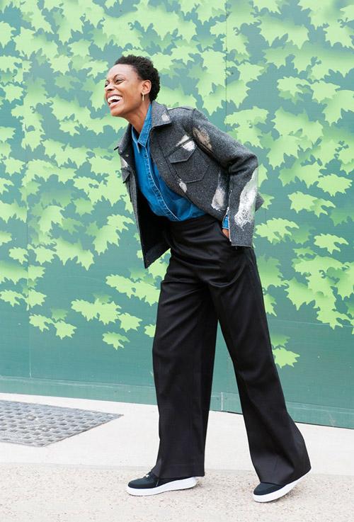 Девушка в черных широких брюках и джинсовой рубашке