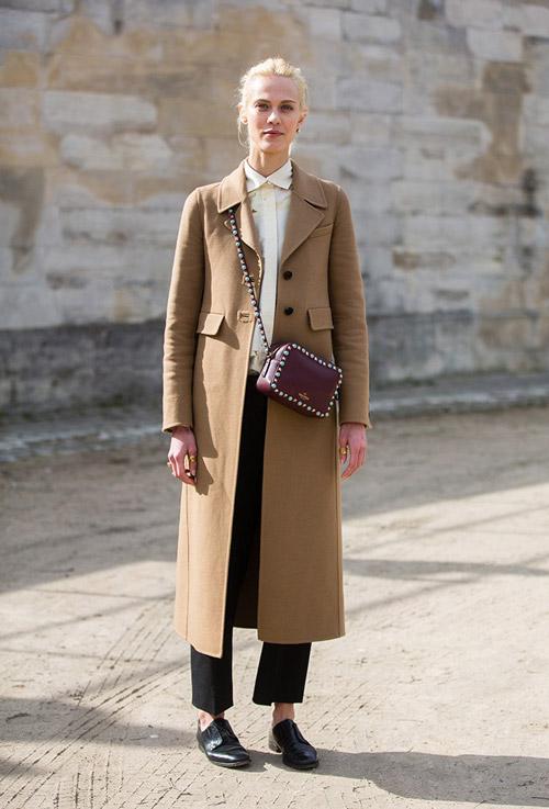 Девушка в коричневом пальто и черных брюках