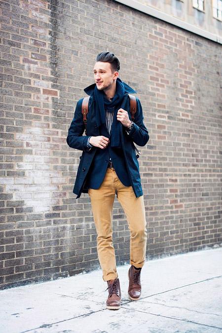 Парень в пальто с навесными петлями