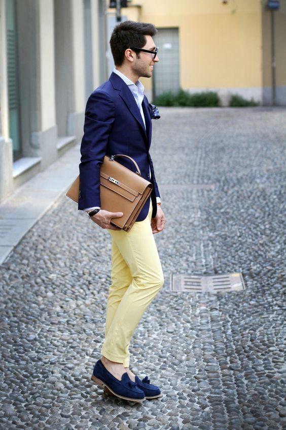 Парень в желтых брюках