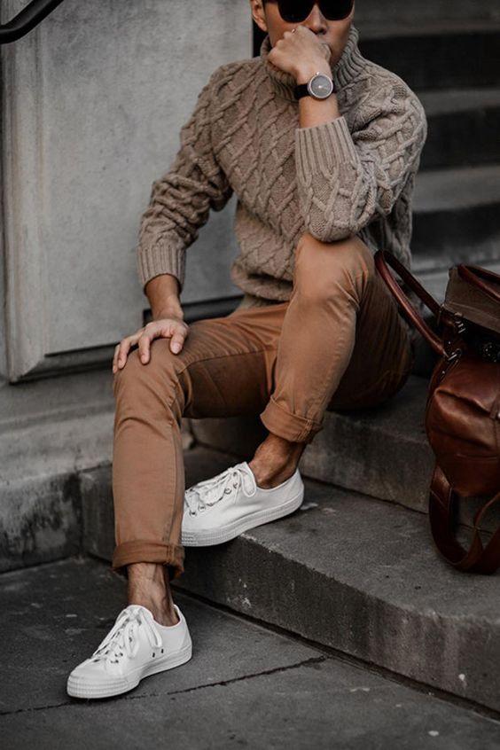 Парень в коричневом свитере