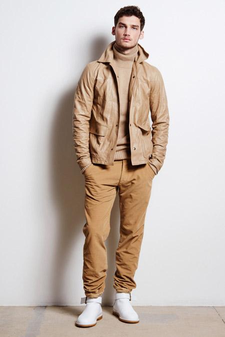 Парень в коричневой куртке