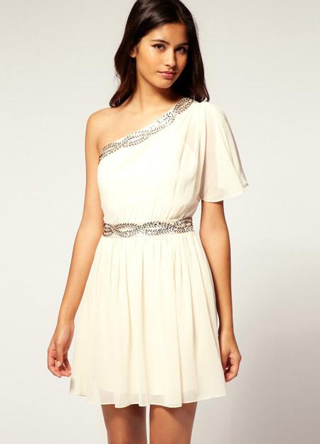 Девушка в коротком белом платье на одно плечо