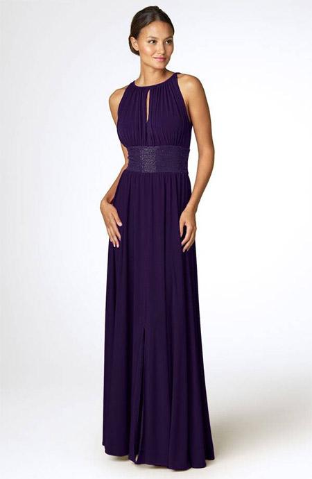 Девушка в темно-синем греческом платье