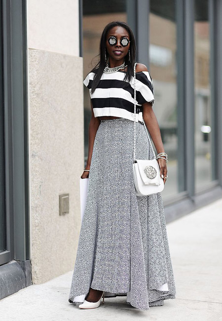 Девушка в серой юбке макси и черно-белый топ