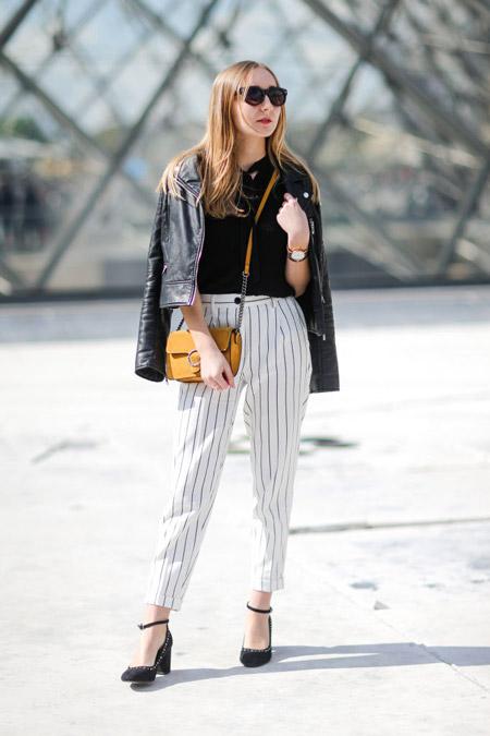Девушка в белых брюках в вертикальную полоску