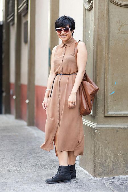 Девушка в бежевом платье-рубашка с тонким поясом