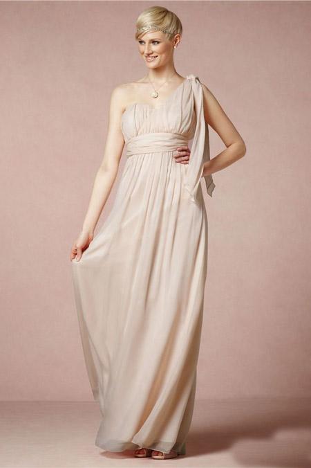 Девушка в светлом платье на одно плечо