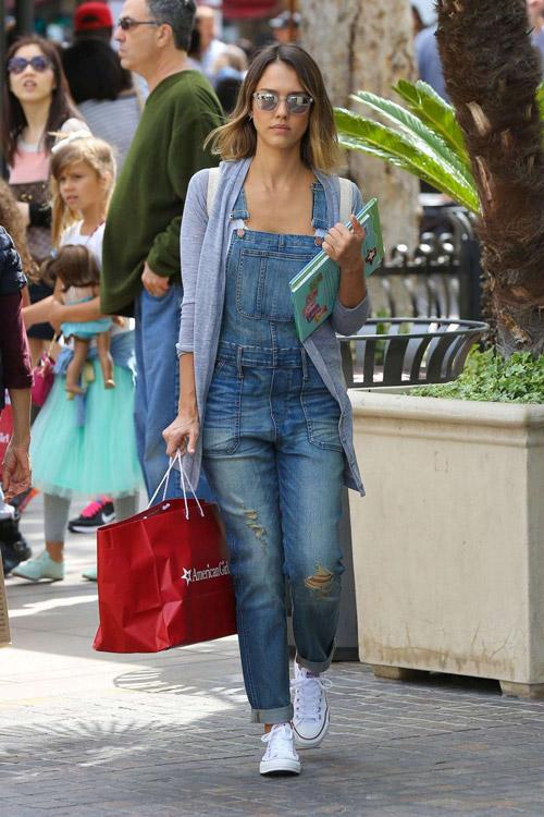 Джессика Альба в джинсовом комбинезоне и белых кедах