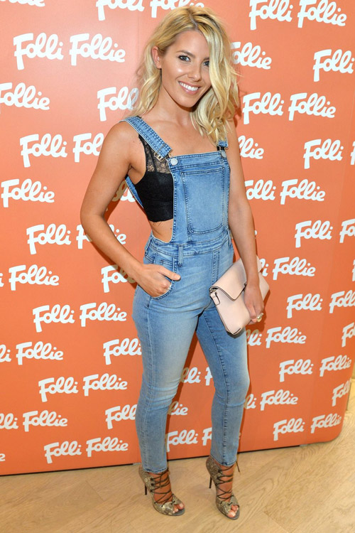 Молли Кинг в голубом джинсовом комбинезоне