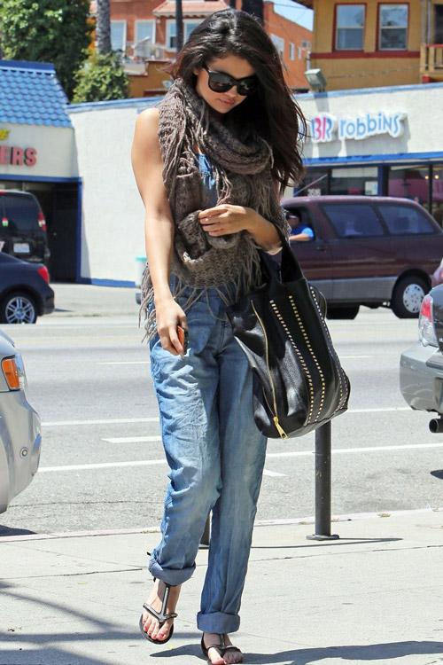 Селена Гомес в джинсовом комбинезоне и с шарфом хомутом на шее