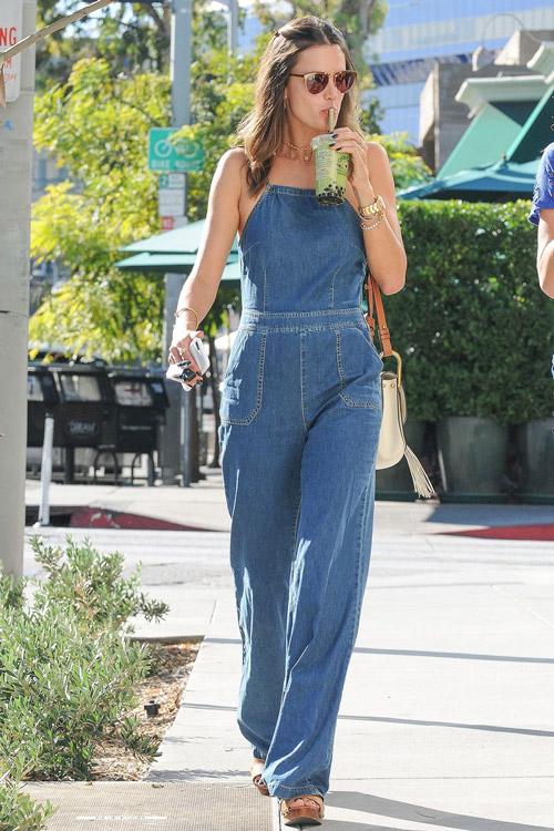 Алессандра Амбросио в синем джинсовом комбинезоне