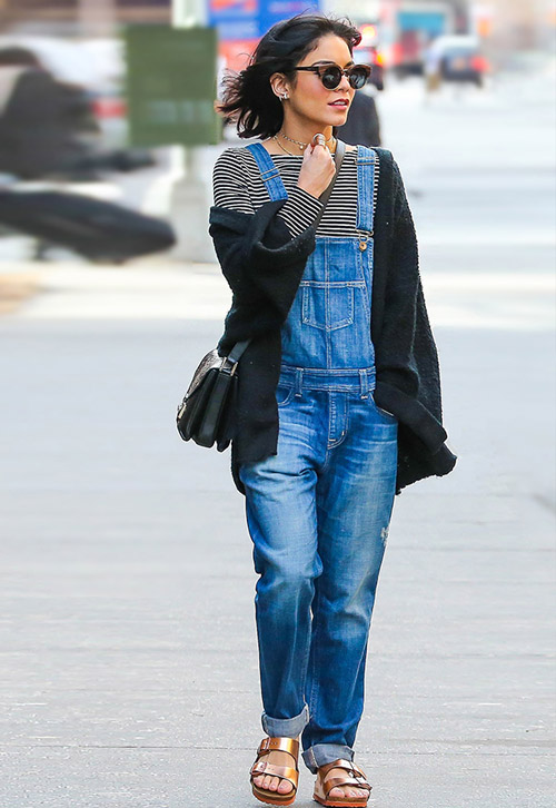 Ванесса Хадженс в тельняшке и джинсовом коминезоне