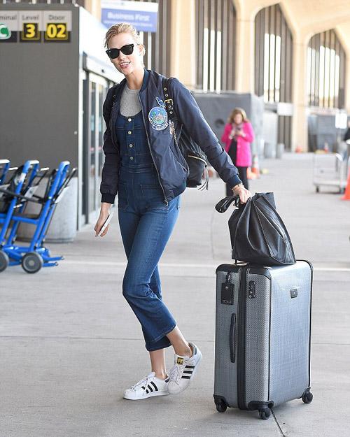 Карли Клосс в джинсовом комбинезоне и бомбере