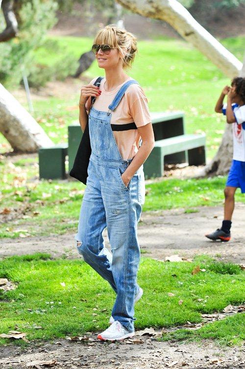 Хайди Клум в джинсовом комбинезоне, кремовой футболке и кроссовках