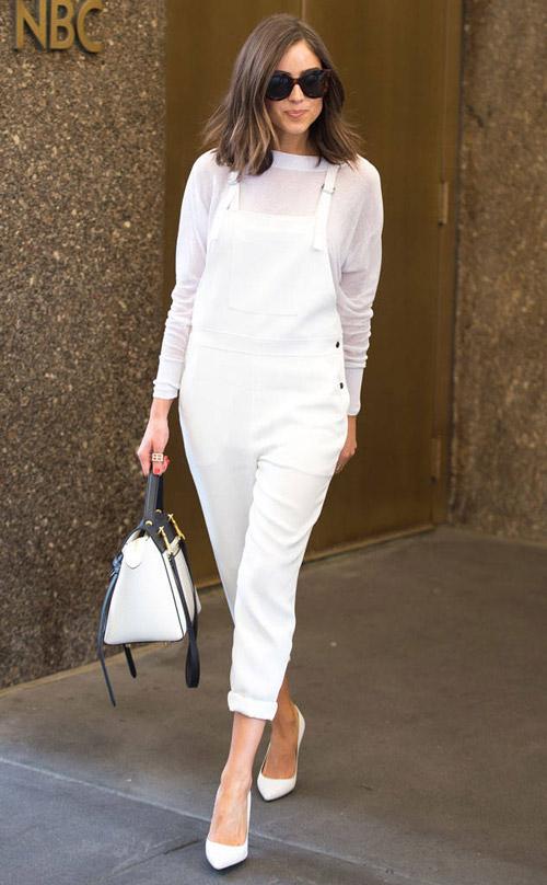 Оливия Калпо в белом джинсовом комбинезоне и лодочках